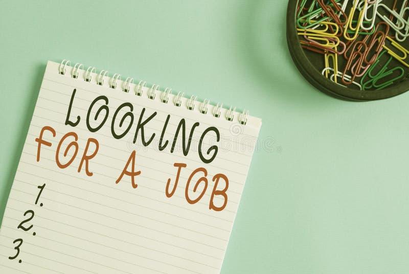 Écriture d'une note indiquant la recherche d'un emploi Photo d'entreprise présentant les chômeurs à la recherche d'un emploi Anal images libres de droits