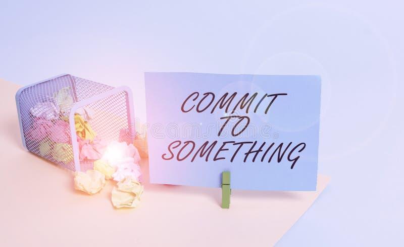 Écriture d'une note indiquant la validation de quelque chose Une photo d'entreprise pour vivre une vie utile avec fierté, honneur photographie stock