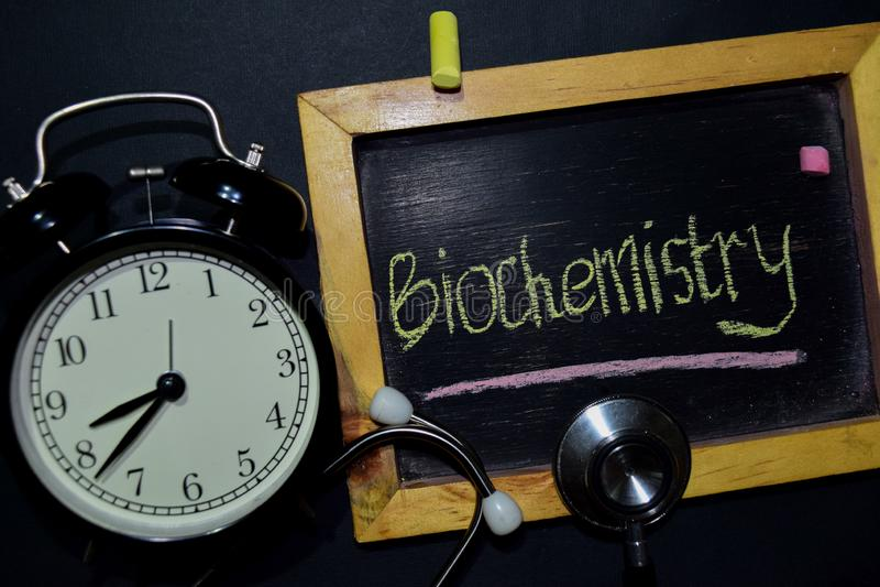 Écriture de biochimie sur le tableau sur la vue supérieure photos libres de droits