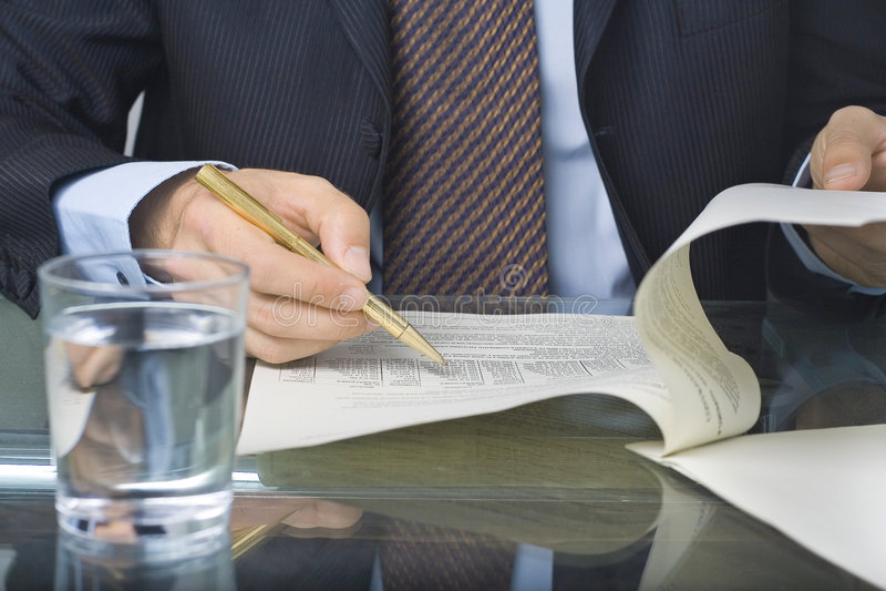 écriture de document d'homme d'affaires photographie stock libre de droits