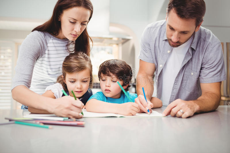 Écriture de famille dans le livre photo libre de droits