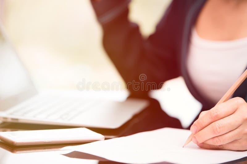 Écriture de femme d'affaires photographie stock libre de droits