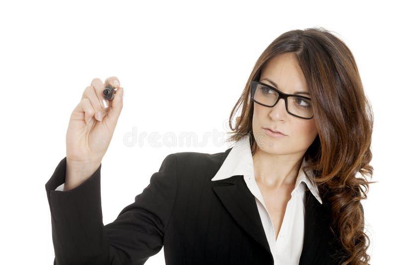 Écriture de femme d'affaires avec le crayon lecteur de repère noir sur l'écran virtuel photos stock
