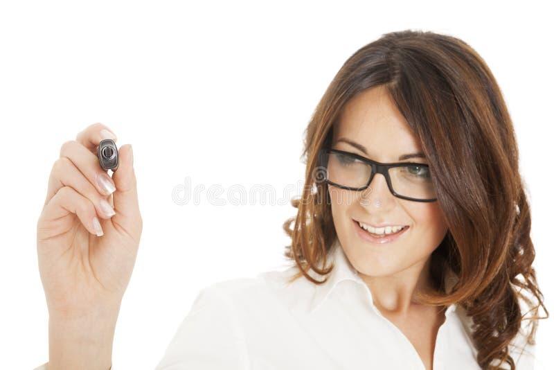Écriture de femme d'affaires avec le crayon lecteur de repère noir sur l'écran virtuel photo stock