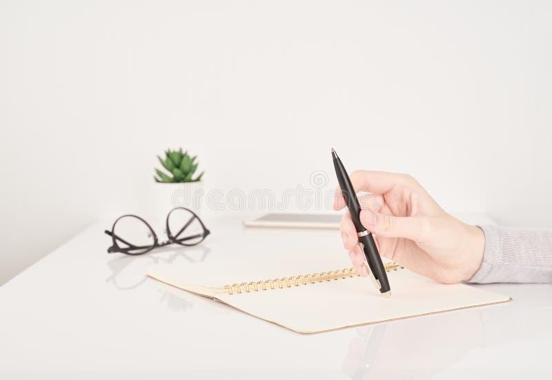 Écriture de femme sur le fond de page de carnet, de travail de bureau ou de concept d'étude, blanc et gris avec l'espace de copie image stock