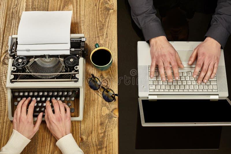 Écriture de femme sur une machine à écrire et un homme travaillant sur un ordinateur portable clos photo libre de droits