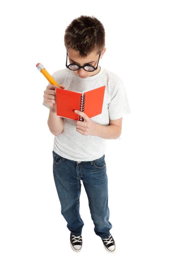 Écriture de garçon dans le cahier photographie stock libre de droits