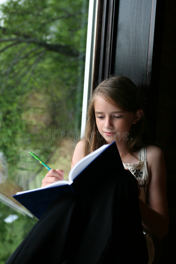 Écriture de jeune fille en son tourillon photos libres de droits