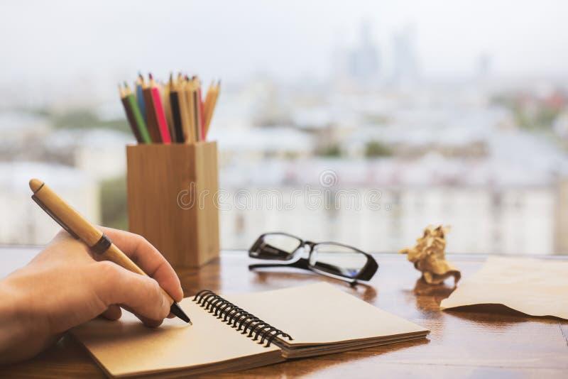 Écriture de main en plan rapproché de bloc-notes photographie stock libre de droits