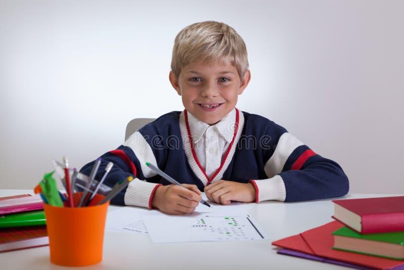 Écriture de sourire d'enfant à l'école images libres de droits