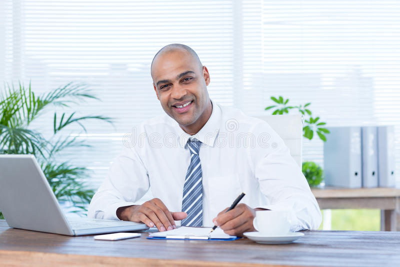 Download Écriture De Sourire D'homme D'affaires Sur Le Carnet Image stock - Image du corporate, jour: 56483865