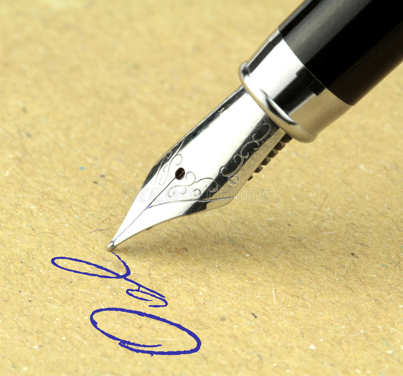 Écriture de stylo-plume sur le papier, images stock