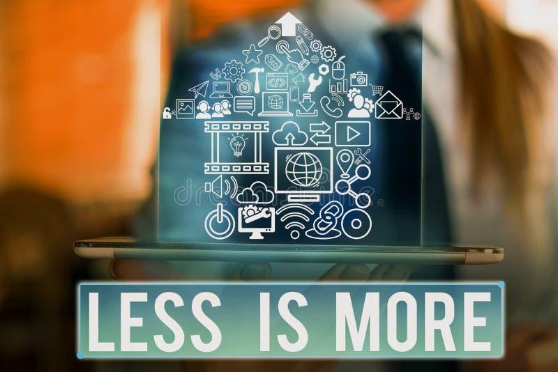 Écriture de texte Moins c'est plus Le concept commercial pour une approche minimaliste de la matière artistique est plus efficace image stock
