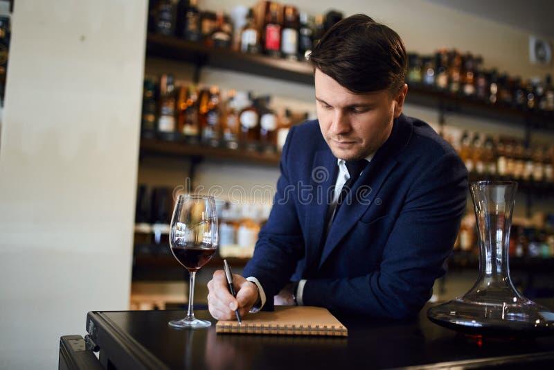 Écriture experte au sujet de l'arome, identification de goût, acidité de vin images stock
