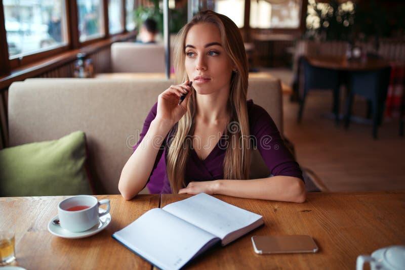 Download Écriture Femelle Dans Le Carnet Dans Le Restaurant Image stock - Image du fond, affaires: 87700157