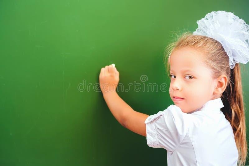 Écriture futée d'enfant par la main gauche images libres de droits