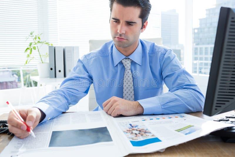 Download Écriture Gaie D'homme D'affaires à Son Bureau Photo stock - Image du homme, businessman: 56482754