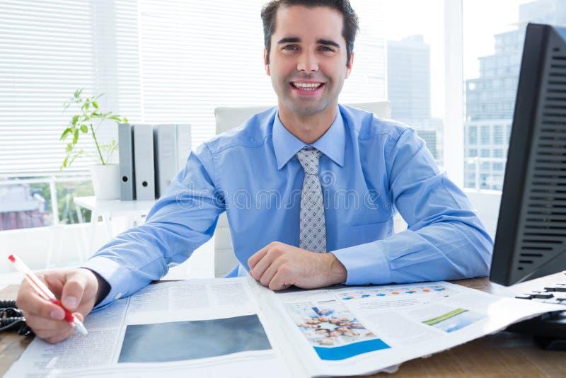 Download Écriture Heureuse D'homme D'affaires à Son Bureau Photo stock - Image du beau, cheveu: 56482760