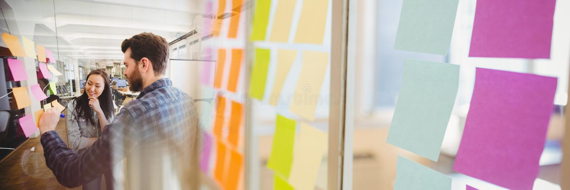 Écriture millénaire d'équipe sur les notes collantes avec la transition collante de note photo stock