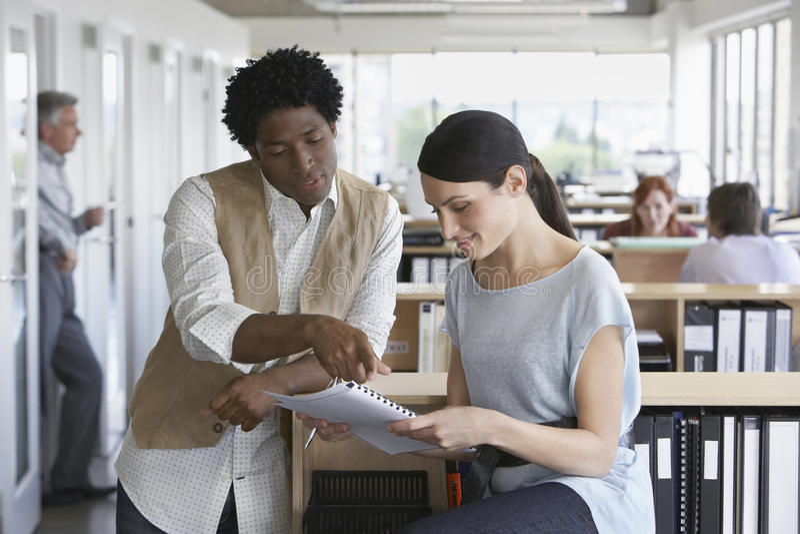 Écritures d'And Colleague Discussing d'homme d'affaires dans le bureau image libre de droits