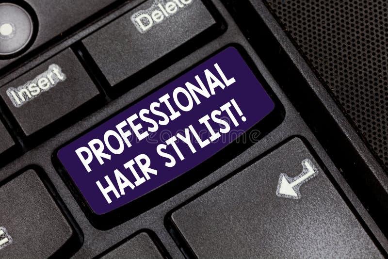 Écrivant à apparence de note la photo professionnelle d'affaires de coiffeur présentant une démonstration dont la profession est  photo stock