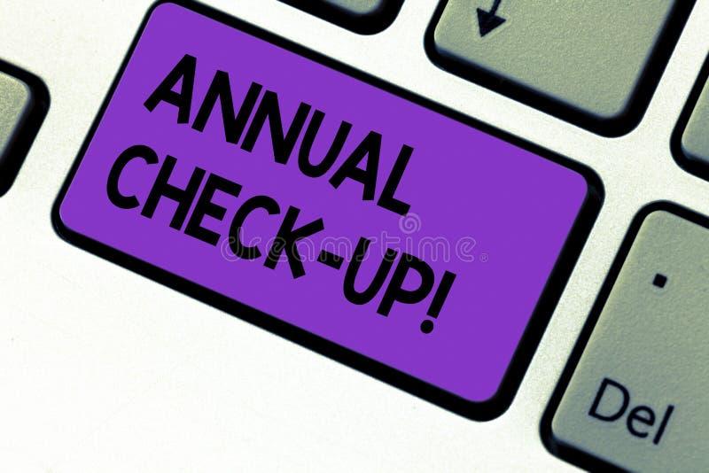 Écrivant à apparence de note le chèque annuel  Photo d'affaires présentant l'évaluation annuelle et démontrant l'état de santé images stock
