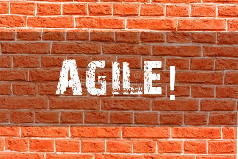 Écrivant l'apparence de note agile La présentation de photo d'affaires développent une agilité vers l'art de mur de briques d'évo illustration de vecteur