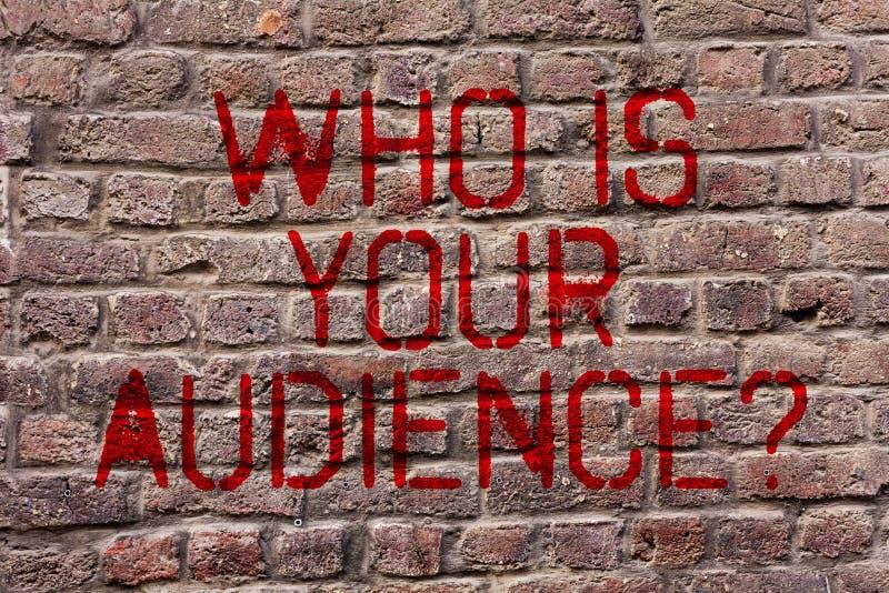 Écrivant l'apparence de note qui est votre question d'assistance Présentation de photo d'affaires qui est observant ou écoutant l photos libres de droits