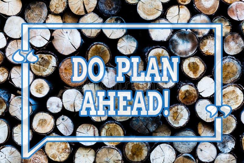 Écrivant la planification de showingDo de note pour l'avenir Étapes de planification de présentation de photo d'affaires pour obt images libres de droits