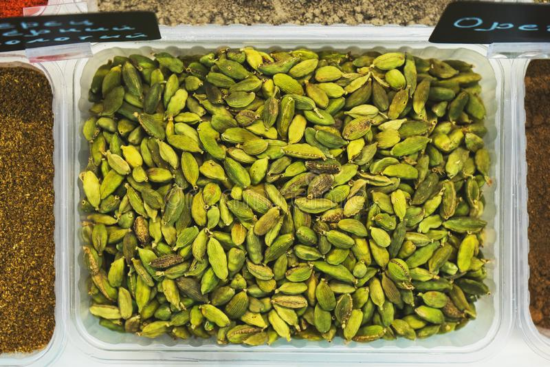 Écrous dans la coquille sur le compteur du marché d'épicerie Moissonnez les écrous nutritifs dans le magasin R?gime sain v?g?tari photo libre de droits