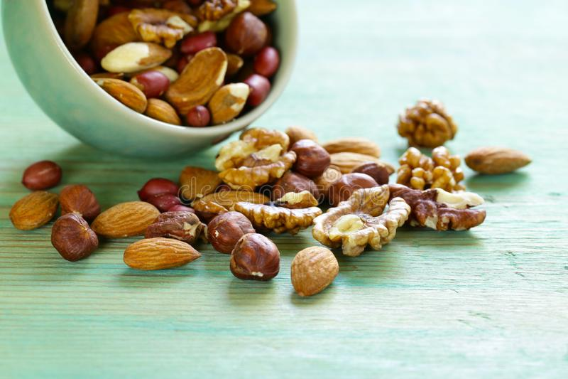 Écrous de mélange - amandes, noisettes, arachides, noix photographie stock libre de droits