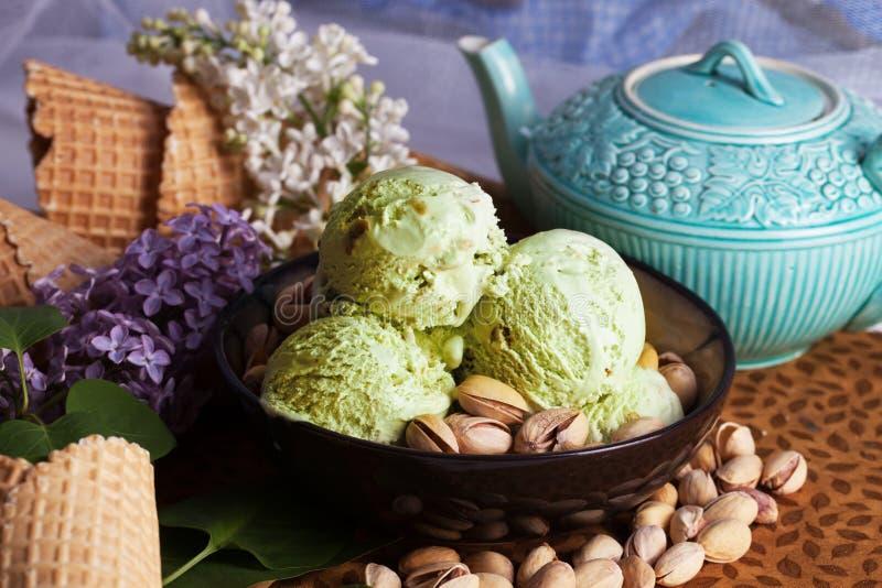 Écrous de plan rapproché de crème glacée de pistache, lilas, toujours la vie, belle photo stock