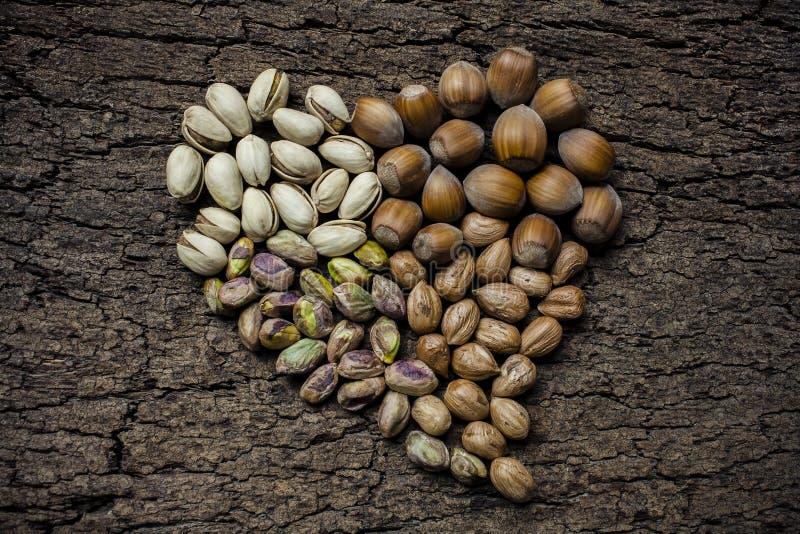 Écrous en forme de coeur : noisettes et pistaches image libre de droits