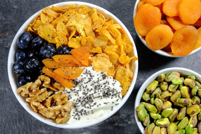 Écrous et cornflakes de fruits photos libres de droits
