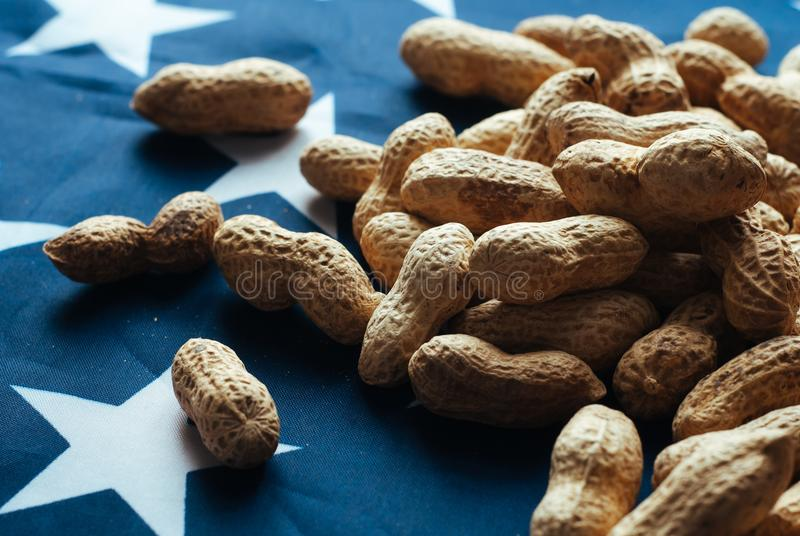 Écrous et drapeau des Etats-Unis, arachides avec carapace, image libre de droits