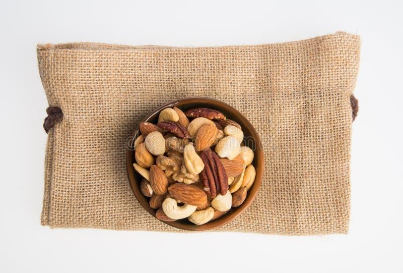 écrous ou arachides de mélange sur un fond photographie stock libre de droits