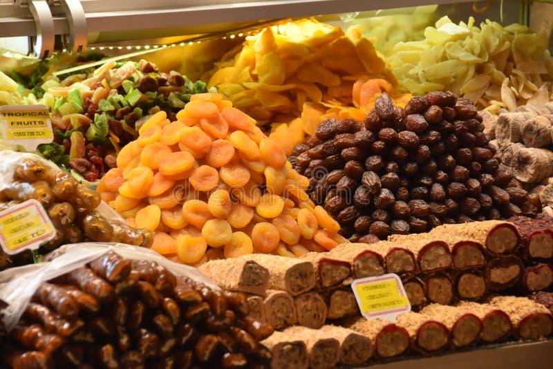 Écrous secs mélangés les divers écrous, grains se sont vendus au bazar images libres de droits
