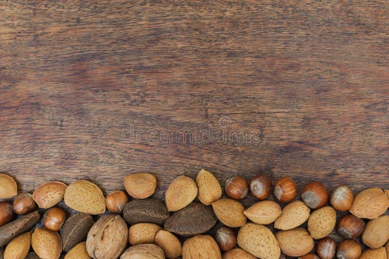 Écrous sur une table photographie stock