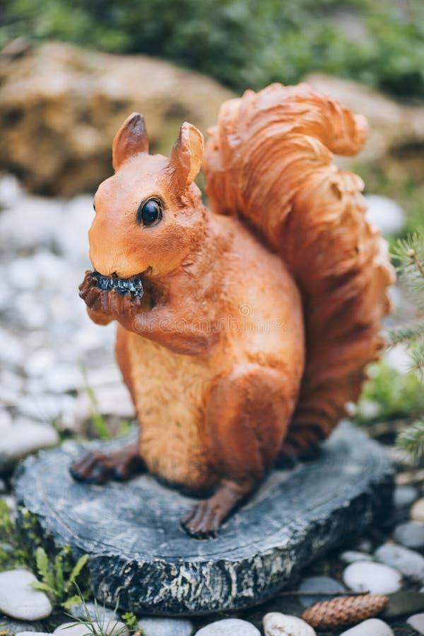 Écureuil de figurine de jardin photographie stock libre de droits