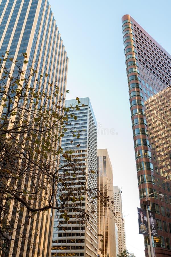 Édifices hauts à San Francisco - angle dramatique photographie stock libre de droits