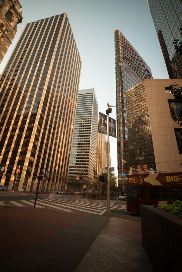 Édifices hauts à San Francisco - angle dramatique photos libres de droits