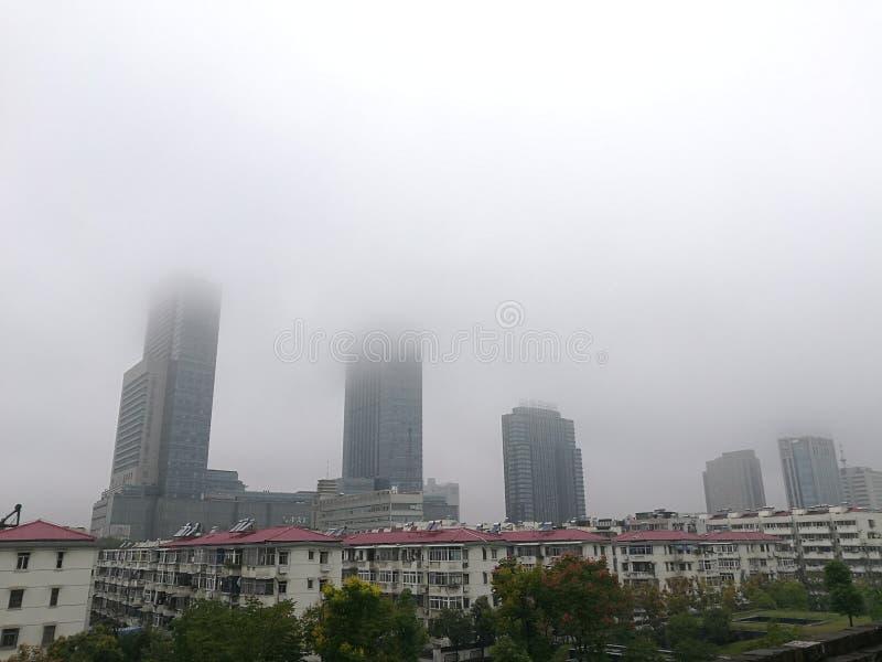 Édifices hauts en brouillard photographie stock libre de droits