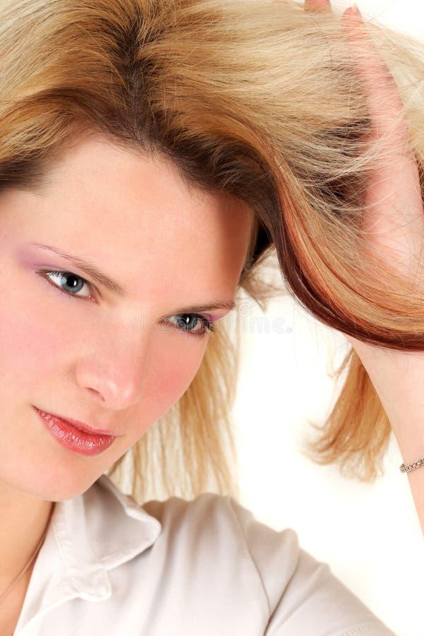 Download éditant La Coiffure Ses Jeunes De Femme Image stock - Image du soin, dame: 8659145