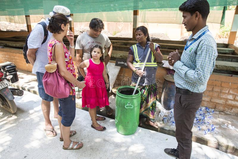 Éditorial documentaire PUDUCHERY, PONDICHERY, TAMIL NADU, INDE - mars vers, 2018 Les femmes indiennes assortissent des déchets da photo stock