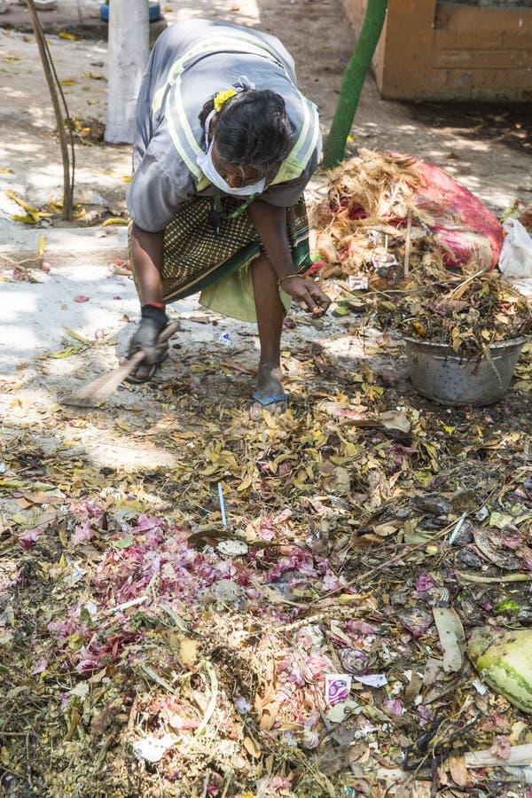 Éditorial documentaire PUDUCHERY, PONDICHERY, TAMIL NADU, INDE - mars vers, 2018 Les femmes indiennes assortissent des déchets da images stock