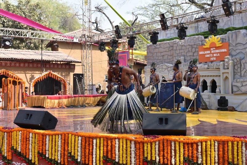 Éditorial : Surajkund, Haryana, Inde : Le 6 février 2016 : Artistes locaux de communauté africaine de gujrat exécutant des arts d image libre de droits