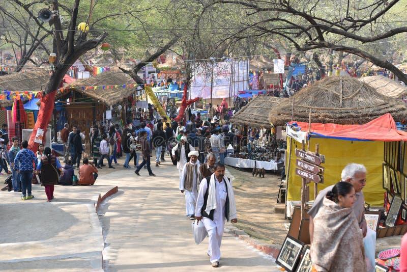 Éditorial : Surajkund, Haryana, Inde : Les gens appréciant dans le 30ème International ouvrent le carnaval photographie stock libre de droits
