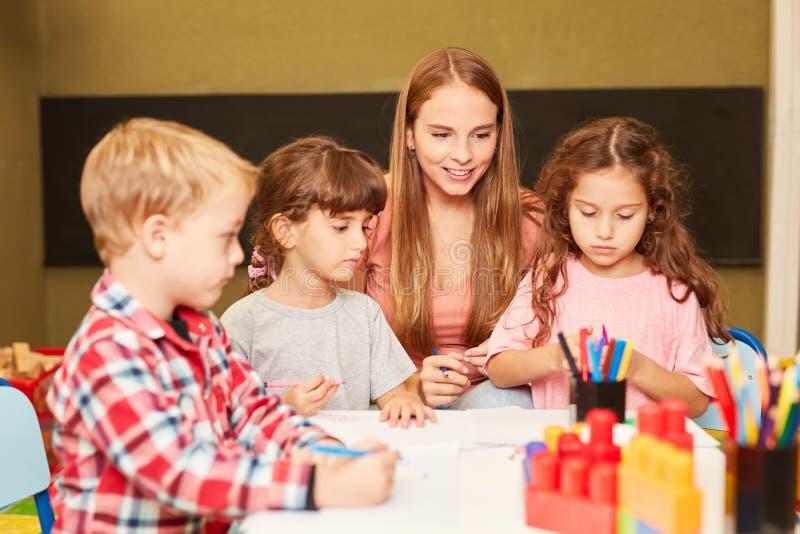 Éducateur et enfants dans la classe d'art image libre de droits