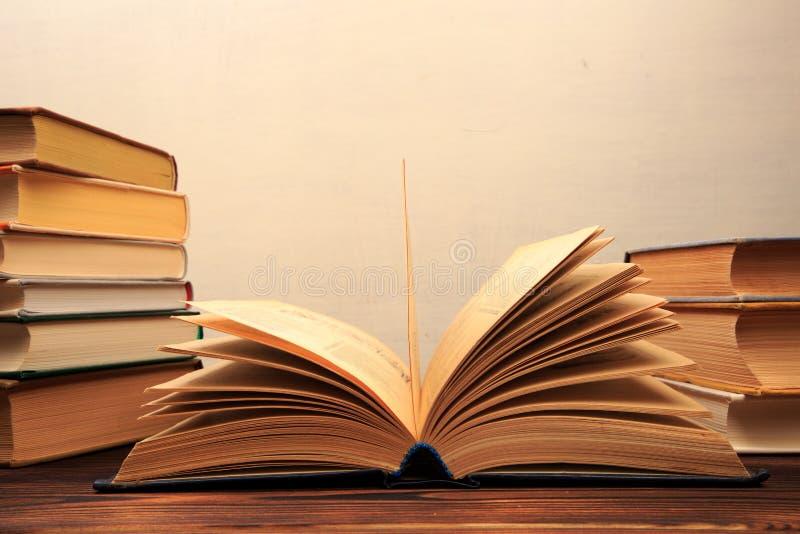 Éducation apprenant le concept avec le livre ou le manuel d'ouverture dans la vieille bibliothèque, - image image stock
