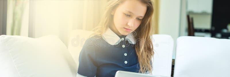 Éducation d'enseignement à domicile de concept d'adolescent photographie stock libre de droits